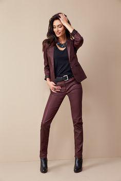La veste INTENSE esprit smoking ornée de studs décoratifs, pour un éternel masculin-féminin. A porter en tailleur-pantalon ou dépareillé avec un jean ou un jegging cuir. L'indispensable pantalon ICEBERG de votre dressing : matière irisée ultra stretch et coloris IT de la saison. A porter avec la veste Intense pour une allure working-girl sexy. Collier IMMUNE. Ceinture IBARA. #mode#elora#elorabygf#veste#smoking#clous#Lie de vin#irisé#enduit#pantalon#coupe#droite#rock#sexy#tailleur#