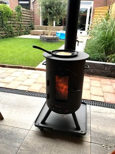 Buiten openhaard die onder de overkapping staat. #openhaard #fireplace #burnies #houtkachel Gas Bottle Wood Burner, Diy Wood Stove, Metal Fireplace, Welding Projects, Welding Ideas, Garden Buildings, Outside Living, Outdoor Fire, Backyard Patio