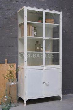 Apothekerskast 10045 (wit) - Witte apothekerskast met glas aan drie zijdes. Deze ijzeren kast heeft een industriële, eigentijdse look. De kast heeft vier houten legplanken (één achter de dichte deuren).