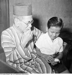 Portret van Hadji Agos Salim, minister van buitenlandse zaken, met zijn kleinzoon, Indonesië (z.j.)