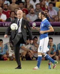 Vicente del Bosque controla un balón perdido en la banda en presencia de Federico Balzaretti.  IVAN SEKRETAREV (AP)