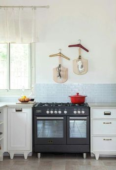 אריחי זכוכית בשילוב תנור שחור