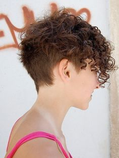 Curly Pixie Hairstyle avec Undercut                                                                                                                                                                                 Plus