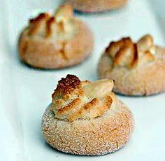 La ricetta dei desirs, dolcetti tipici della pasticceria siciliana e di Erice in particolare fatti con mandorle macinate, albumi, zucchero e del miele.