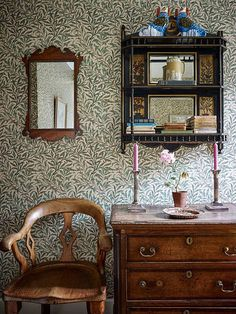 Eclectic mix of Victoian and Georgian antiques against William Morris wallpaper (Ben Pentreath interiors) William Morris Wallpaper, Morris Wallpapers, William Morris Tapet, Home Design, Home Interior Design, Interior Decorating, Design Ideas, Design Projects, Attic Design