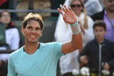 全仏オープンテニス(French Open 2014)、男子シングルス1回戦。試合に勝利し、歓声に応えるラファエル・ナダル(Rafael Nadal、2014年5月26日撮影)。(c)AFP=時事/AFPBB News