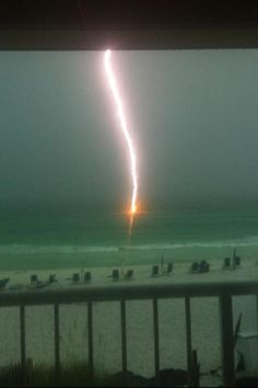 Check out this incredible lightning shot taken last night by Weather Channel viewer Taylor Crouch in Destin, FL! pic.twitter.com/5h8q2anz