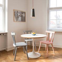Leuchte_1 ist das erste Produkt von WERKOW und wird in Berlin produziert. Die Leuchte besteht aus Hartpappe, Papier und Birkensperrholz. Die Kappen am Leuchtenschirm sind in den Farben Lachsrot (RAL3022), Lichtgrün(RAL6027) und Lichtblau (RAL5012) erhältlich. Das Textilkabel ist auf die Farbe der Kappen abgestimmt.Leuchtenschirm: 27cm, ø oben 10cm, ø unten 15cmTextilkabel: Länge 170cmFassung: E14Leuchte_1 ist für LED- und Energiesparleuchtmittel geeignet.