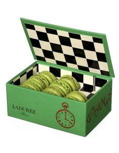 Boîte à musique Alice, contient dix macarons , Ladurée  Maracon #packaging love PD