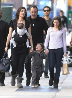 Jean Reno and family with an ERGObaby Sport Carrier Best Baby Wrap Carrier, Twin Carrier, Baby Carrier Cover, Work In French, Jean Reno, Family Outing, Baby Family, Celebrity Babies, Mother And Child