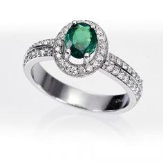 Anillo orla esmeralda y diamantes. Anillo en forma de orla con una esmeralda central talla oval en garras y diamantes talla brillante (0.35 quilates), engastados en montura de oro blanco de 18 kilates.