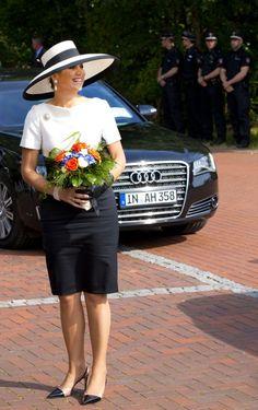 La reina Máxima a su llegada a Alemania donde ella y Guillermo tienen un viaje oficial de dos días. En sus últimos actos, la reina ha lucido modelos de Natan y pamelas de Fabienne Delvigne.