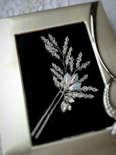 Купить или заказать Шпилька в прическу. Украшения для невесты. Свадебные украшения. в интернет-магазине на Ярмарке Мастеров. Шпилька свадебная асимметричной формы, подойдет для любой прически: высокого или низкого пучка, греческой косы, локонов. Легко крепится. ________________________________ Невеста сама по себе прекрасна, но умело подобранные украшения, еще больше подчеркнут ее красоту и обаяние.