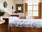 Sivusta aukeavasta sohvasta muunneltiin parisänky isäntäparin makuuhuoneeseen.