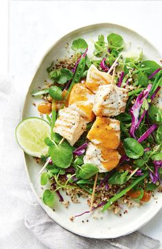 Grilled fish skewers with Asian quinoa salad. At under 500 cals per serve, this dinner is a guaranteed winner. Asian Quinoa Salad, Fish Salad, Quinoa Salad Recipes, Quinoa Dishes, Meals Under 500 Calories, 500 Calorie Meals, New Recipes, Healthy Recipes, Fish Recipes