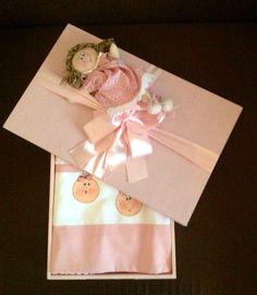 Caixa madeira forrada com tecido e jogo de banho pintado, motivo bebê