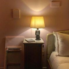 """Dans la chambre 105 du Grand Amour on peut faire quelque chose de très excitant. L'artiste Claude Rutault a mis au sol des toiles et le temps d'une nuit """"A vous de jouer"""" on peut les disposer selon ses souhaits sur les murs #clauderutault #andresaraiva #avousdejouer  @hotelamourgrandamour  In the room 105 you are the artist during all the night playing with Claude Rutault art. Just play ! #paris10 #hotelgrandamour #pink #foreverpink #hotelparisien #revoirpariscityguide"""