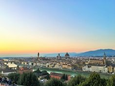 Firenze em italiano, Florença em português! Capital e maior cidade da Toscana, berço do Renascimento italiano, e considerada por muitos como uma das cidades mais belas do mundo. Realmente a cidade é deslumbrante! De um céu azul arrebatador e um pôr do sol encantador, a cidade faz jus à fama que carrega.