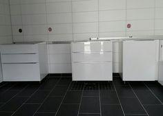 Et vaskerom blir til. Ikea's Ringhult høyglans er ikke så verst.