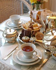 to go in England Best Places to Visit in England Typical English Afternoon Tea - best things to see in UKTypical English Afternoon Tea - best things to see in UK Tee Sandwiches, English Afternoon Tea, English Tea Time, Café Chocolate, Brunch Table, Afternoon Tea Parties, Tea Service, My Tea, High Tea