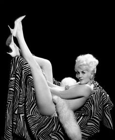 v-kakom-striptiz-klube-rabotaet-chelsi-charms