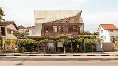 Dům na první pohled zaujme kombinací křehkého dřevěného mřížoví a solidních betonových panelů.
