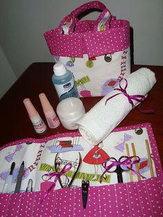 Este kit é composto de uma bolsinha pra guardar a acetona,os esmaltes, algodão e uma toalhinha de mão., e também de um organizador das ferramentas.   http://weheartnails.com/how-to-do-a-manicure-at-home/