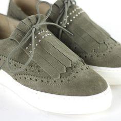 2b1f7791b66 We are in love! Deze suède schoenen van Shoecolate draag je onder een  strakke broek