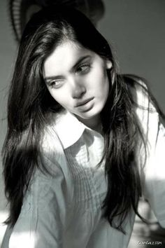 Strong, full of courage, independent, intelligent. Not related by blood, but still one of Faye's babies. Diana Penty, Eva Mendes Hair, Face Photography, Photography Ideas, Long Brown Hair, Brunette Girl, Stylish Hair, Perfect Woman, Beautiful Indian Actress