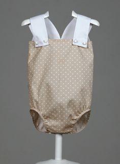 Ranita unisex. Beige con topos blancos. Tirantes en blanco. Cierres en entrepierna y pecho. Muy fresquita y cómoda a la par que elegante. www.chatitaonline.com