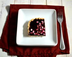 In this dessert, the tart pomegranate syrup and fresh seeds provide the perfect contrast to the rich chocolate and sweet shortbread crust. Kosher Desserts, Kosher Recipes, Vegan Recipes, Ground Meat Recipes, Roast Beef Recipes, Sweet And Spicy Chicken, Liver Recipes, Party