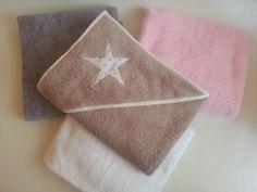 Capa de baño de bebe, elaborada de forma artesanal y exclusiva. Elige todos los detalles de la capa y personalízala.  Ideal desde el nacimiento hasta los 24 meses aproximadamente.