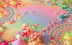 Parece um sonho, mas é uma instalação. Idealizado pela artista australiana Tanya Schultz, aka Pip and Pop,o projeto consiste em criar instalações imersivas e obras de arte a partir de uma gama eclética de materiais como doces, glitters, açúcar, flores de plástico e materiais que ela encontra em suas viagens. A prática, que teve início em 2007, tem colaboração da artista Nicole Andrijevic eengloba processos independentes com instalação, pintura, trabalhos de parede e esculturas. Em sua…