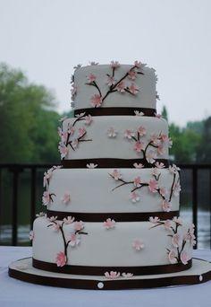 Blumenranken-Torte - Hochzeitstorte bestellen - Die filigranen Blumenranken verleihen dieser vierstöckigen Hochzeitstorte einen romantischen Charme. Wie wäre es mit einer Füllung aus Erdbeercreme-, Mangocreme- oder Passionsfruchtcreme? Die perfekte Torte für echte Mädchen...