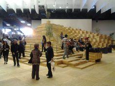Este es el pabellón de Israel, país invitado en la 27 edición de la Feria Internacional del Libro de Guadalajara. Este pabellón, que ha sido diseñado por el arquitecto mexicano Enrique Norten, simula el territorio Israelí