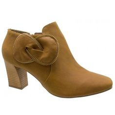 $151,70 Ankle Boot DM Bege Camel 2570709    Cód: 2570709 GO    Ankle Boot DM Bege Camel, detalhes decorativos em zíper. Lado interno com zíper para facilitar o calce. Forro e palmilha bege camel. Salto alto 6,5 cm fachetado. Solado bege antiderrapante. Lançamentos Ankle Boot DM Loja Online Calçados Feminios da Domínio da Moda.    R$ 151,70