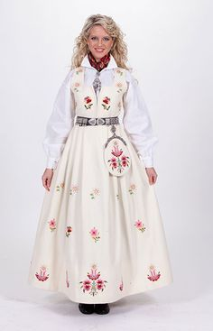"White ""Dovrebunad"" from Dovre, Gudbrandsdalen, Oppland, Norway Traditional Fashion, Traditional Dresses, Folk Costume, Costumes, Norwegian Clothing, Norway Viking, Cowgirl And Horse, Clothing Patterns, American Girl"