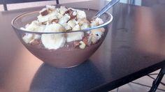 Pour 1 personne : 30 g de chocolat noir dessert 250 ml de lait d'amande 15 g de graines de chia 1 banane 1 poignées d'oléagineux (ici noix du Brésil, noix de cajou, amandes) Faire fondre le chocola...