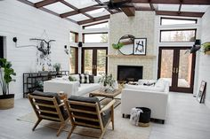 44 Cozy Modern Farmhouse Sunroom Designs - Page 22 of 44 - Choti Decor Outdoor Living, Indoor Outdoor, Outdoor Rooms, Outdoor Decor, Modern Farmhouse Living Room Decor, Farmhouse Style, Farmhouse Decor, Modern Living, Sunroom Decorating