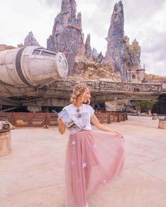Guía de Star Wars: Galaxy's Edge en Disneylandia - Una guía sobre la tierra de Star Wars en Disneyland. Nos subimos a los juegos, tomamos fotos con pe - Disney World Outfits, Cute Disney Outfits, Disney Inspired Outfits, Disney World Trip, Disney Vacations, Disneyland Photos, Disneyland Outfits, Disneyland Photography, Disney Day