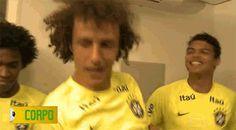 """O time de David Luiz cantou """"Inaraí"""" quando apareceu a palavra """"Corpo"""".   Estes 16 gifs de David Luiz dançando enlouquecidamente no """"Esquenta"""" irão salvar seu dia"""
