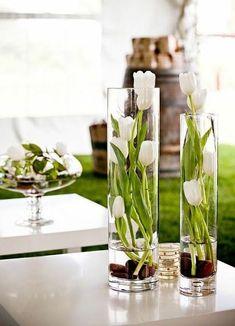 Blomster! Jeg er vild med Blomster! Utroligt hvor meget en fin buket eller bare et par enkle blomster i en glasvase kan gøre i indretningen. Brug flere vaser i forskellige højder, en enkelt stor vase