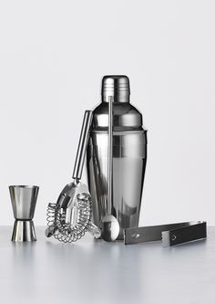 Barsæt hele Med 5 dele: Shaker, istang, spiritusmål, si og rørepind i rustfrit stål.  #inspirationdk #barsæt