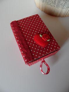 Boîte tissu rouge à pois blancs pour un emballage cadeau de St Valentin : Emballages cadeaux par made-by-newscrapeuse