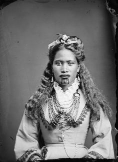 Carte de visite portrait of Mary Mahau, a Maori woman from the Hawkes Bay district, taken between 1880 and 1900 by Samuel Carnell of Napier. Tonga, Tahiti, Maori Face Tattoo, Old Photos, Vintage Photos, Maori Tribe, Polynesian People, Maori People, Maori Designs