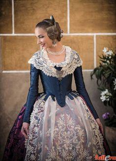 Una seda con 120 años de historia Antique Clothing, Historical Clothing, Traditional Fashion, Traditional Dresses, 1700s Dresses, Regency Gown, Corset, Spanish Fashion, Disney Princess Dresses
