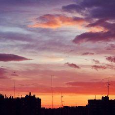 Esto de llegar antes a casa, y poder contemplar estos atardeceres, #notieneprecio. . .  - INSTAGRAM #atardeceres #sunsets #atardecer #sunset #sky #cielo #cielos #clouds #nubes #city #ciudad #siluet #silueta #siluetas #landscape #colors #colores #coloresincreibles #pequeñascosas #momentosinolvidables #madrid #instagram