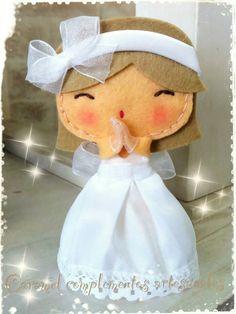 munequita de fieltro Felt Crafts Diy, Felt Diy, Felt Christmas, Christmas Crafts, Première Communion, Felt Angel, Felt Patterns, Felt Dolls, Felt Ornaments