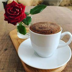 Coffee And Books, I Love Coffee, Coffee Break, Coffee Cafe, Coffee Drinks, Turkish Coffee Machine, Good Morning Tea, Coffee Photography, Coffee Packaging