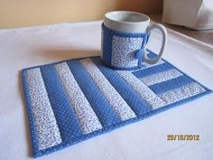 Deia Patchwork: Kit tapetinho para chá (Mug Rug)… Quilted Placemat Patterns, Mug Rug Patterns, Patchwork Patterns, Quilt Patterns, Table Runner And Placemats, Table Runner Pattern, Quilted Table Runners, Mantel Azul, Place Mats Quilted